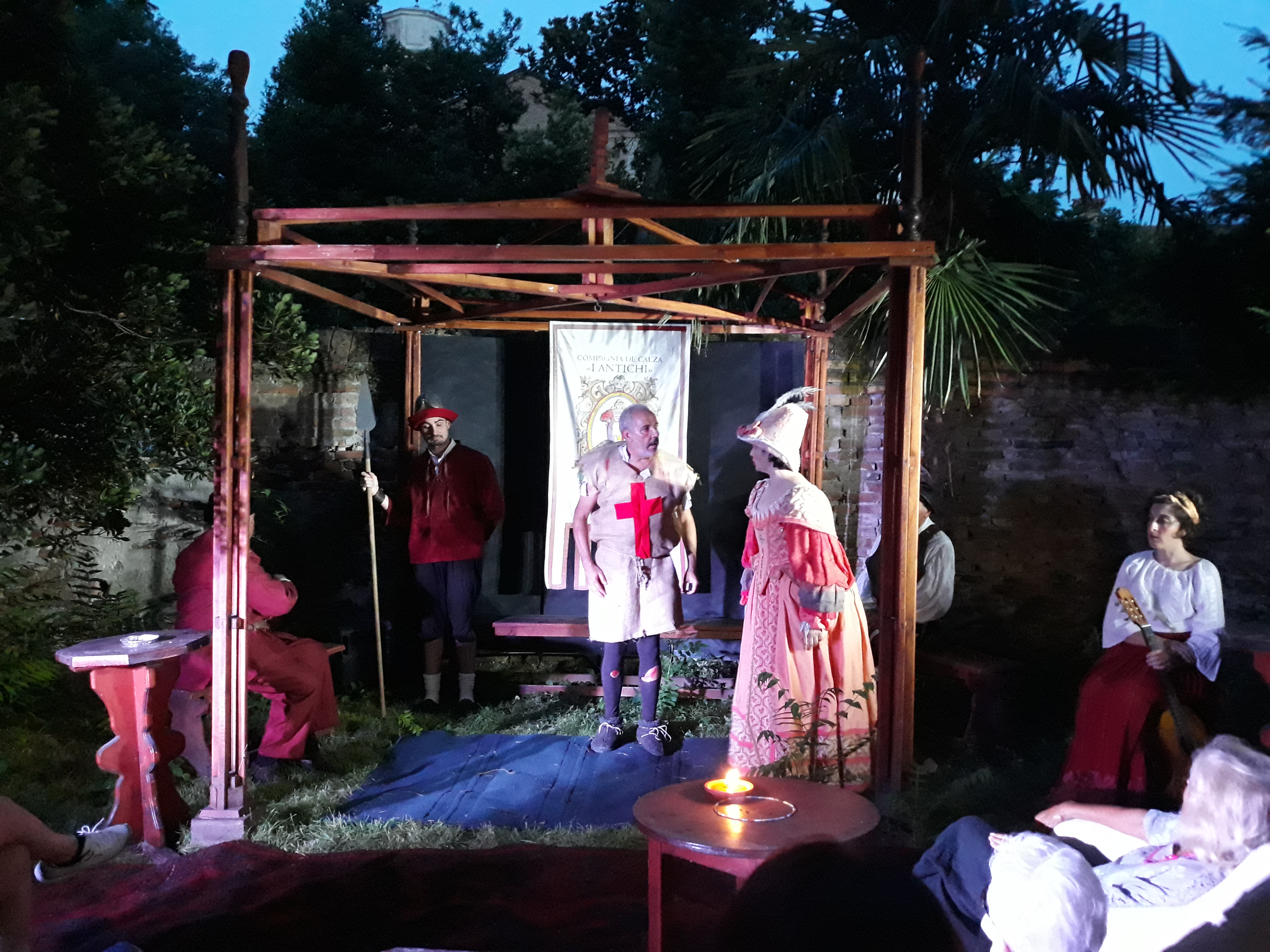 Ruzante (Andrea Ghedin) a confronto con Gnua (Laura Favaretto) nel Piccolo Teatro Giardino Veneziano de I Antichi.
