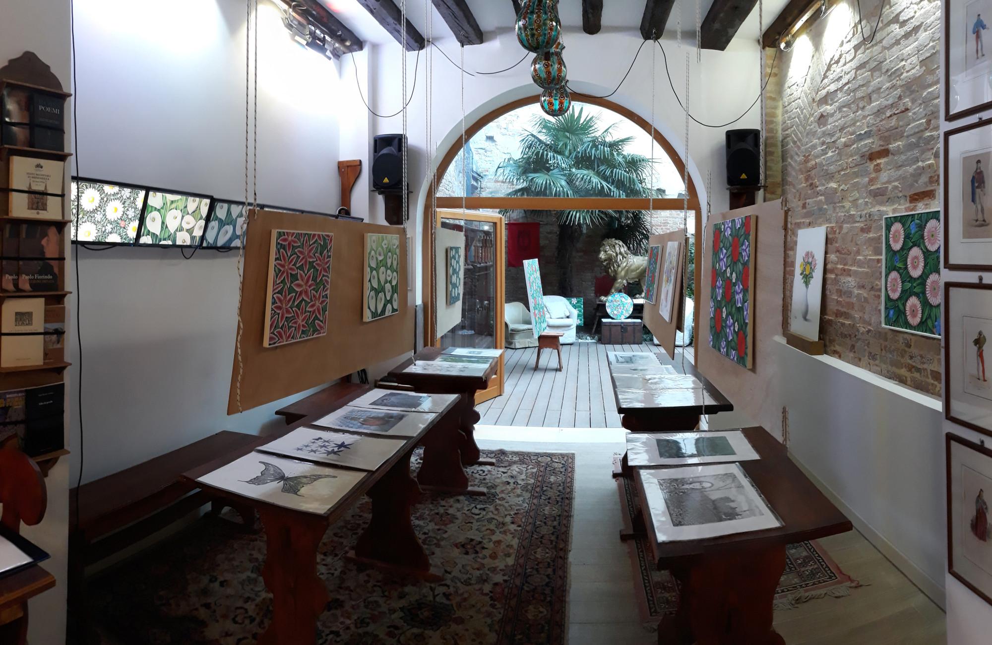 La Sala Grande de I Antichi con l'allestimento della mostra di Lorenzo Vale.